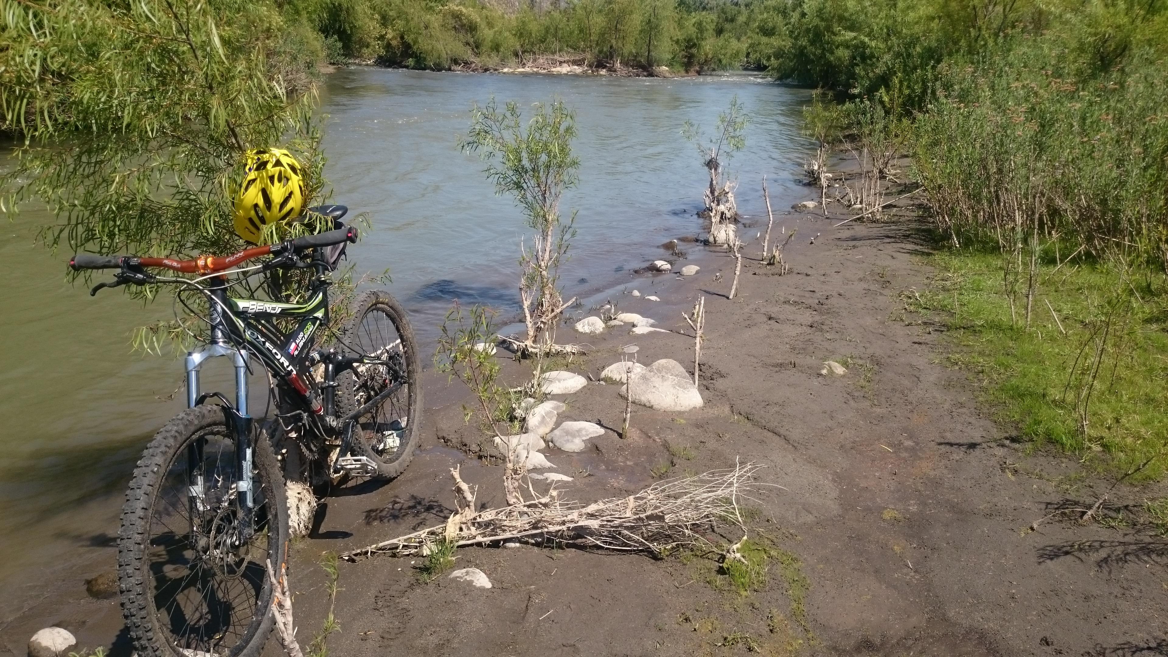 Cleta en el rio